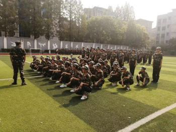我校2020级新生军训开营